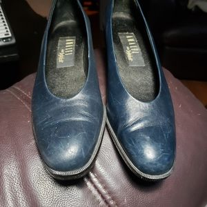 Amalfi for Ingledew's Size 9AAA Navy leather pumps